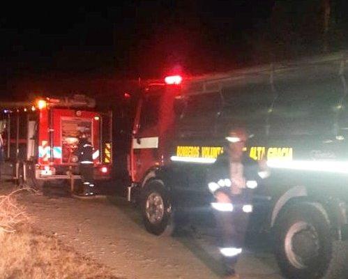 Los bomberos trabajaron extinguiendo las llamas en la vivienda de Villa La Bolsa.