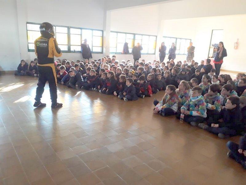 El Piloto X de Top Race, junto a los niños de las escuelas
