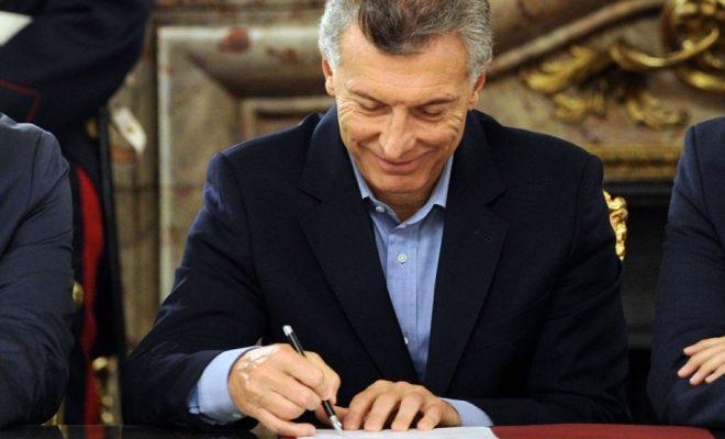 Macri firmó un decreto para recortar gastos