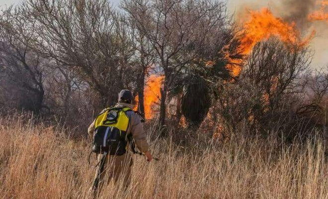 Contienen focos de incendios en Villa Dolores y Villa Ciudad América