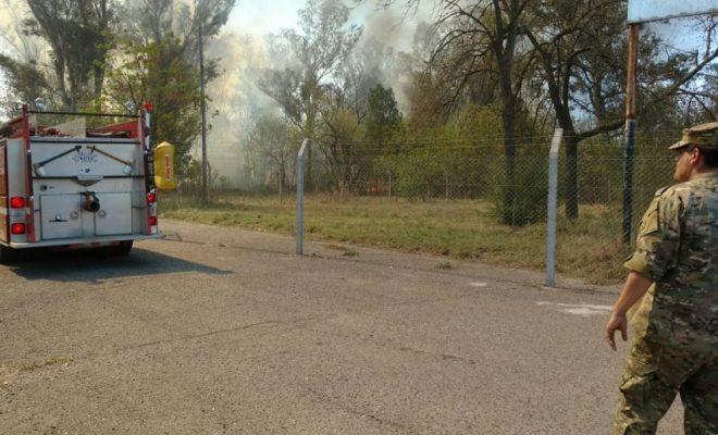 Bomberos combaten un incendio en un predio del Ejército