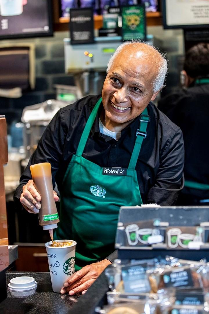 Inclusión: Starbucks abrió un local atendido sólo por personas de la tercera edad