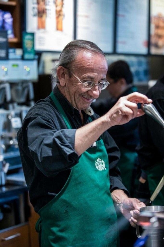 Desde baristas hasta cajeros, el local está íntegramente atendido por personas mayores