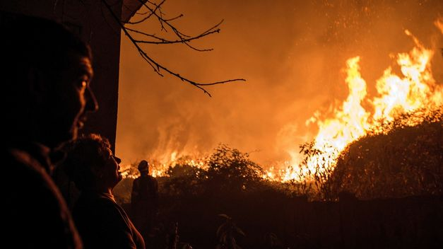 Incendios en San Javier: decenas de bomberos combaten el fuego