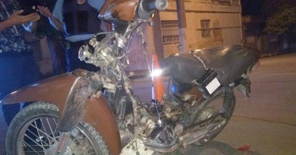 Chocó con su moto y se fracturó una pierna