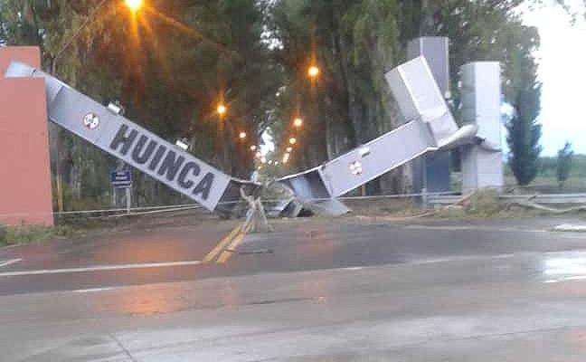 La localidad del sur de la provincia de Córdoba, Huinca Renancó, fue sacudida esta madrugada por intensos vientos que provocaron importantes daños.