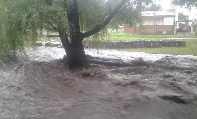 La lluvia provocó la crecida del arroyo y se pide precaución en los ríos