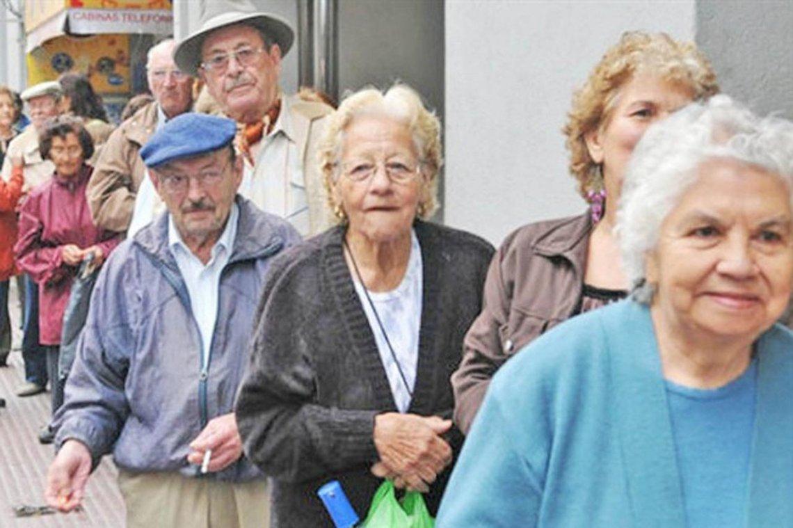 El FMI aconsejó aumentar la edad jubilatoria y bajar el haber mínimo