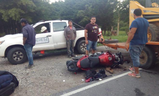 """Iba con acoplado, giró en """"U"""" en plena ruta y atropelló una moto"""