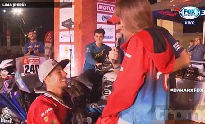 Ganó el Dakar y le pidió casamiento a su novia en el podio