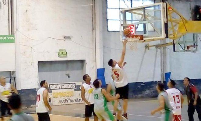 Distintos equipos de Alta Gracia y otras ciudades compiten en camaradería en el Deportivo Norte.