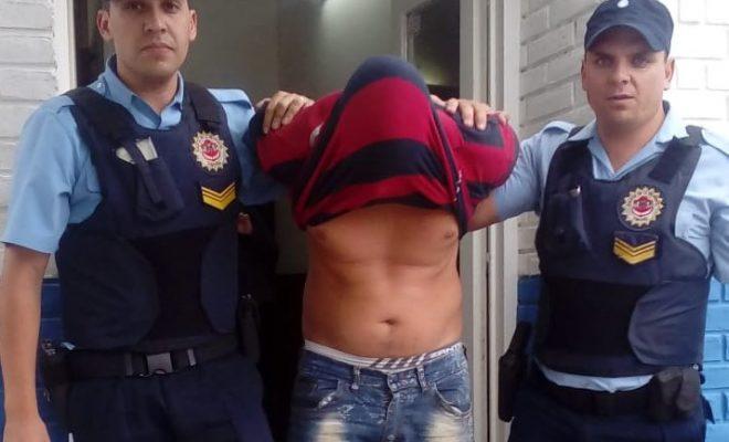 Fue detenido cuando huía en moto con un televisor robado