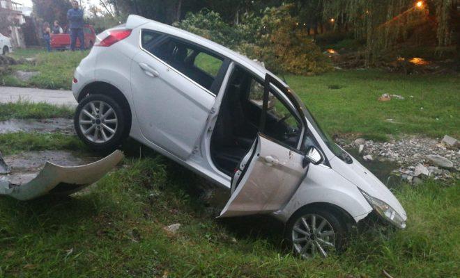 Perdió el control de su vehículo y terminó en el arroyo