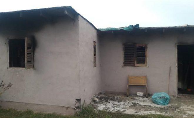 Se incendia por completo una casa en B° Parque del Virrey