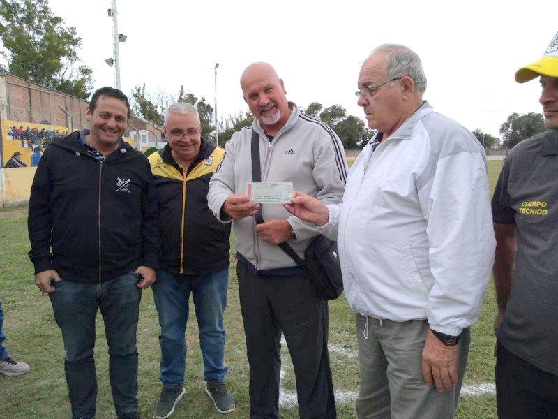 La Liga Infantil de Fútbol recibió los fondos por el torneo solidario