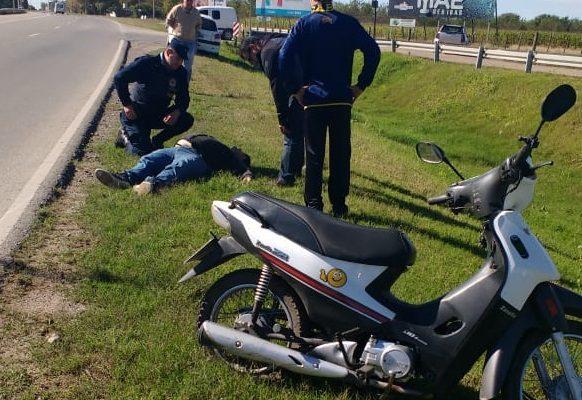 Se le reventó un neumático de la moto y cayó sobre el asfalto