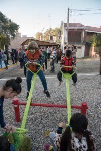 Niños de la zona estrenando los nuevos subibajas.