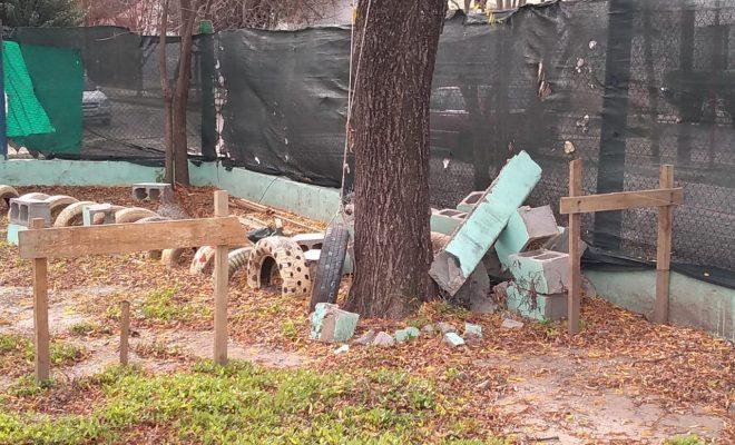 Pararon las obras en el Jardín Sabattini y dejaron todo como campo minado