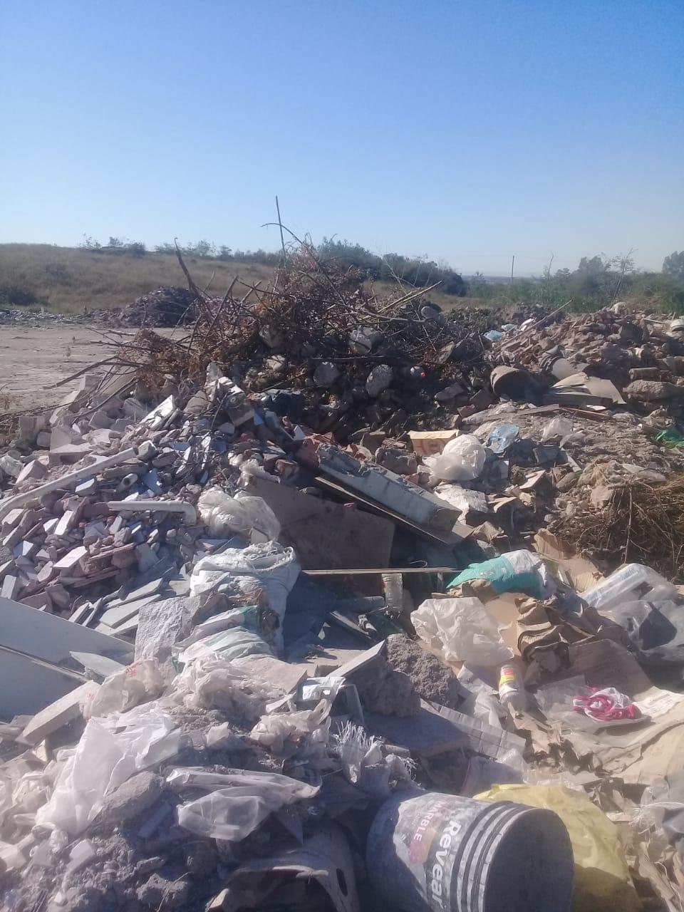 Los residuos siguen arrojándose impunemente en el predio.