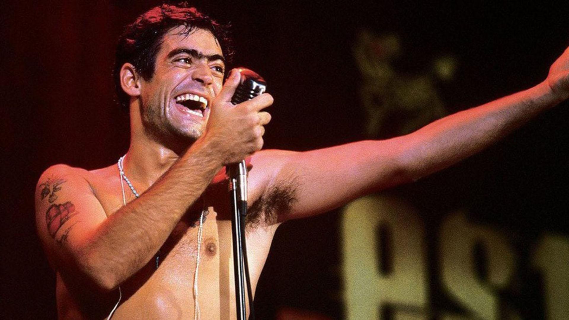 El 24 de junio del 2000 fallecía en un accidente automovilístico el cantante Rodrigo Bueno.