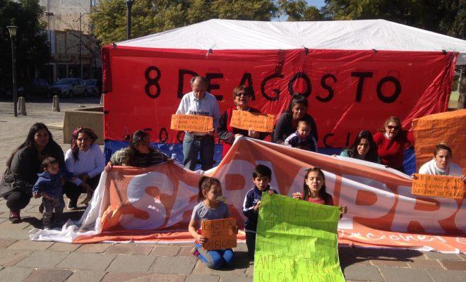 """La 8 de Agosto acampa frente a la Municipalidad """"por promesas incumplidas"""""""