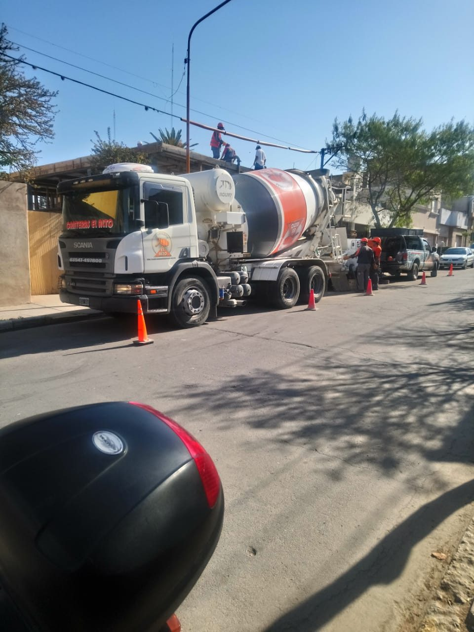 Un trabajador fue apretado por un camión hormigonero