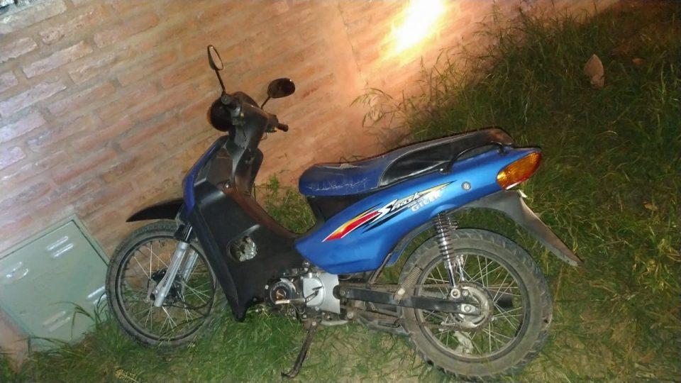 Robaron una motocicleta y luego la dejaron tirada en la calle