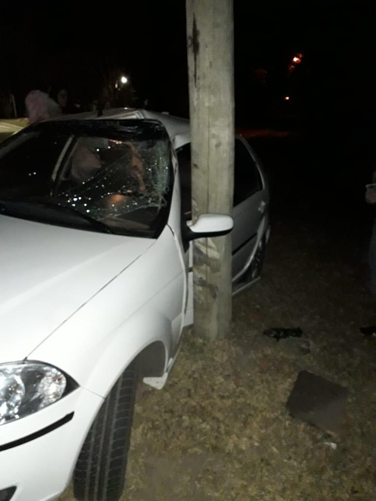 Perdió el control del auto y terminó chocando contra un poste de luz