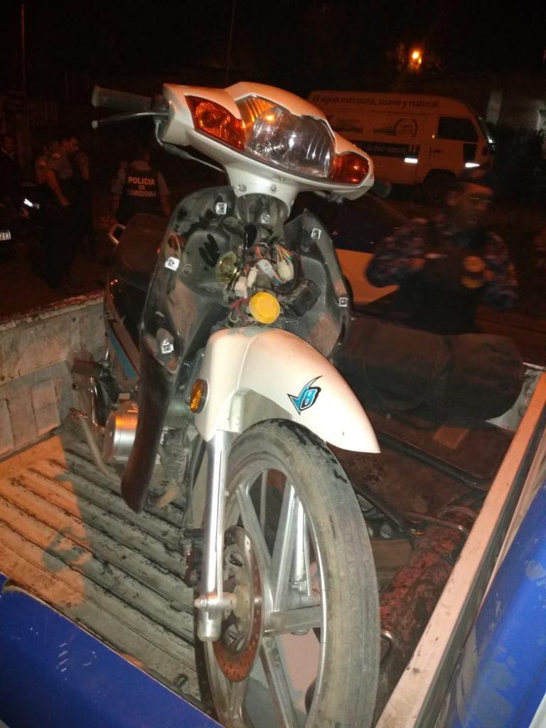 Dejó la moto en el estacionamiento de un bar y se la robaron