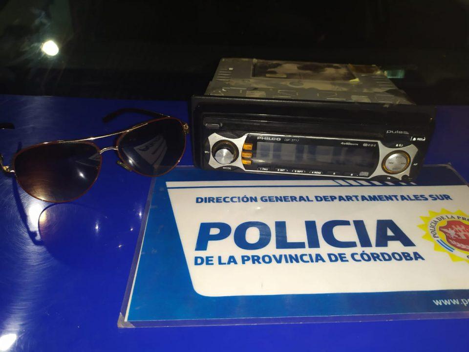 Robó un stereo y unos lentes del sol del interior de un auto, luego se escondió y terminó detenido