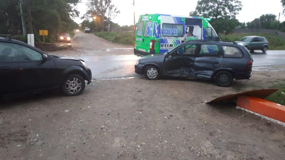 Dos automóviles chocaron durante la tormenta