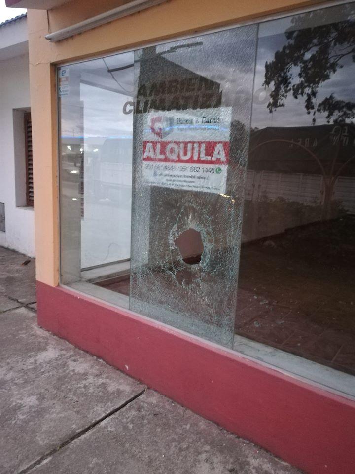 Hubo piedras, piñas, insultos y un vidrio de un comercio destrozado por un ladrillo. Denuncia por las redes realizada por una testigo del hecho.
