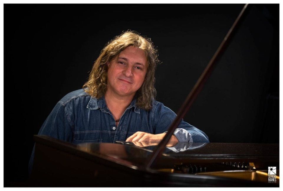 Recorrerá lo mejor de su repertorio, haciendo un homenaje a la música brasileña y latina, siempre con un toque de jazz.