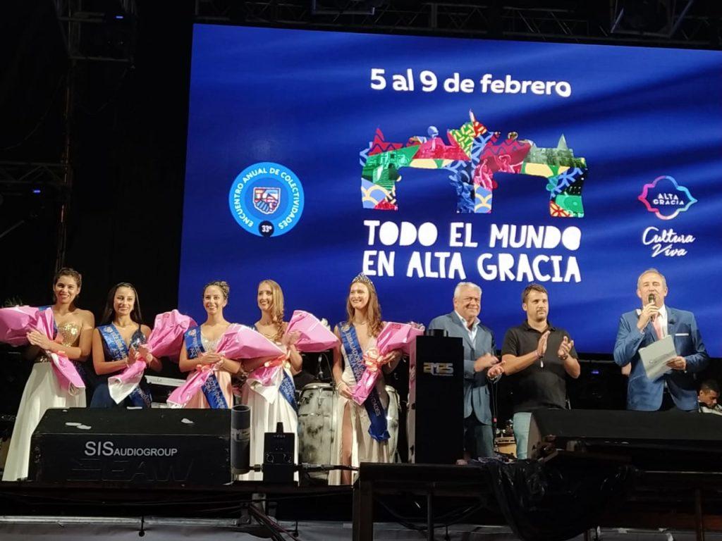 Las embajadoras de Colectividades también subieron al escenario junto con Daniel Gonzalez para finalizar su mandato