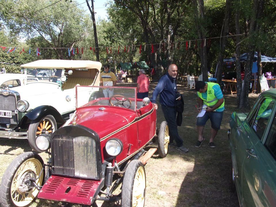 Hubo más de 140 vehículos entre autos y motos. Los clásicos hicieron furor en la Fiesta en el Río.